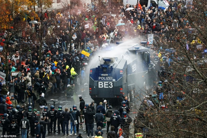 Спецназ Германии стреляет из водометов по демонстрантам без масок, когда тысячи людей выступили в Берлине против мер изоляции из-за Ковид-19
