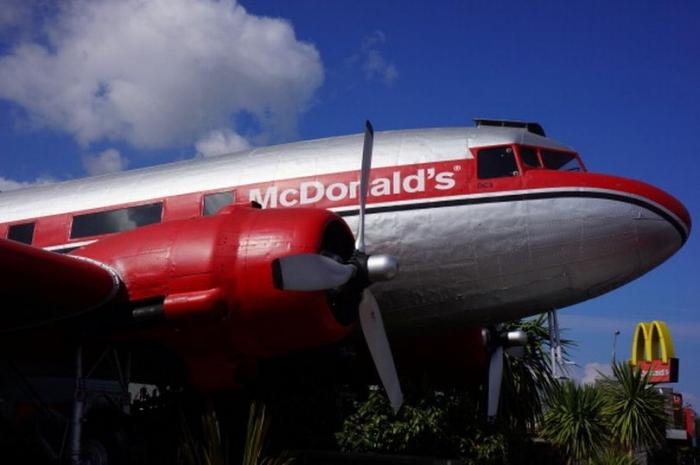 Внутри необычного Макдональдса в самолёте с оригинальной рубкой и ретро-сиденьями