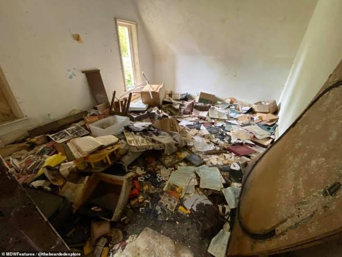 Внутри заброшенного особняка, который стоит пустым уже 30 лет, а семейные фото и старые газеты все также лежат среди мусора