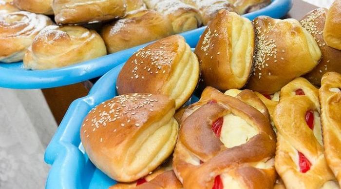 Журналисты узнали, как готовят свежую выпечку для московских школьников