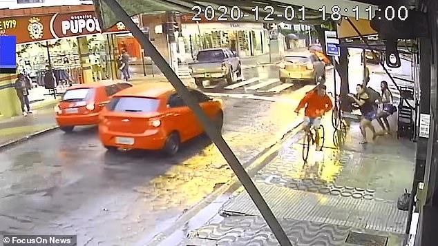 Женщина останавливает телефонного вора, бросая в него свой зонтик, а затем дает ему взбучку