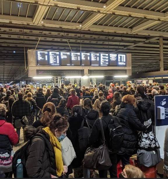 Хаос на лондонских вокзалах: британцы бегут прочь из столицы из-за грядущего карантина