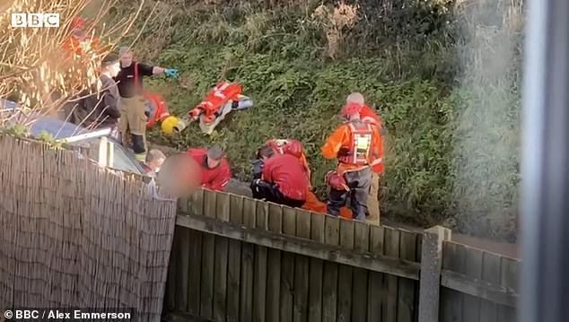 Невероятный момент пара спасается из затопленного автомобиля после того, как он попал в наводнение недалеко от Норвича