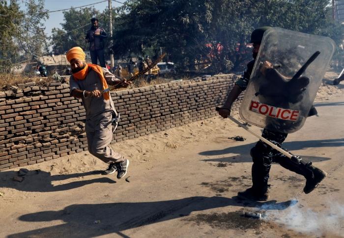 В Индии протестующие фермеры перекрыли границу между штатами