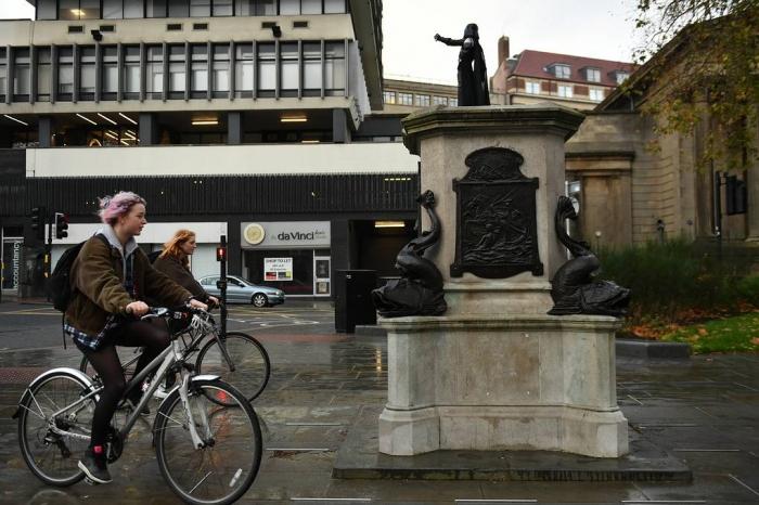 В Великобритании на месте снесённого памятника поставили статую Дарта Вейдера