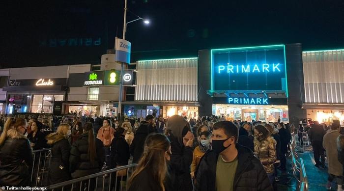 Орды рождественских покупателей стоят в очереди в магазин Примарк в Лондоне в полночь, т.к сейчас магазины работают 24 часа
