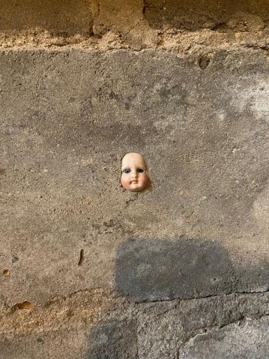 Домовладелице сказали «немедленно съезжать», так как она нашла жуткую куклу, спрятанную в стене