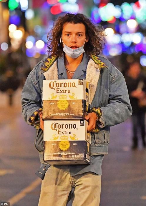 Пьяницы Англии наслаждаются своей последней возможностью походить и выпить в барах перед Запретом из-за Ковид-19