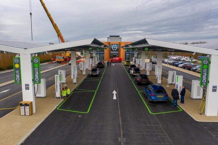 В Англии открывается первая электрическая зарядка для машин, но для «зарядки» требуется не менее 20 минут