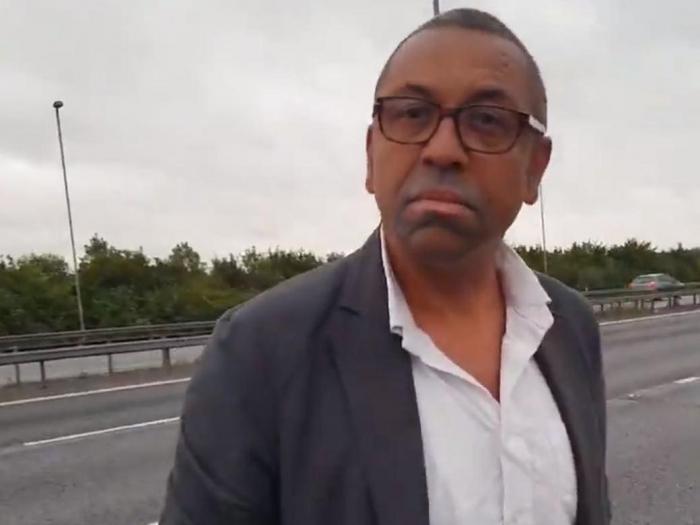 На пути к увольнению: Британский министр иностранных дел отказался становиться на колени перед неграми