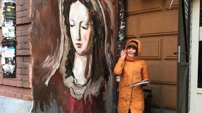 Художница из Ростова-на-Дону написала портрет ростовской Мадонны на стене старинного здания в городе