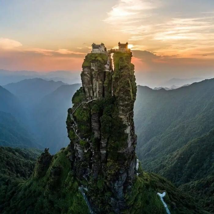 Самый отдаленный храм в мире заставляет набожных верующих подниматься на 9000 ступеней на высоту 2300 метров