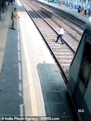 Мужчину едва не сбил поезд в Мумбаи, когда полицейскому на станции удалось оттащить его в безопасное место