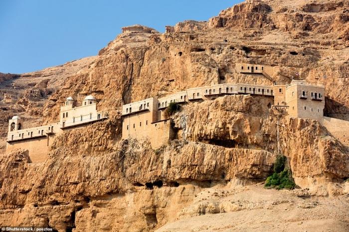 Ошеломляющие, бросающие вызов гравитации монастыри на скалах похожи на декорации из фильмов об Индиане Джонсе