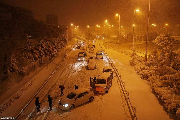 Мадрид парализован первым за 50 лет сильным снегопадом: армия спасает водителей в испанской столице, в которой редко выпадает снег