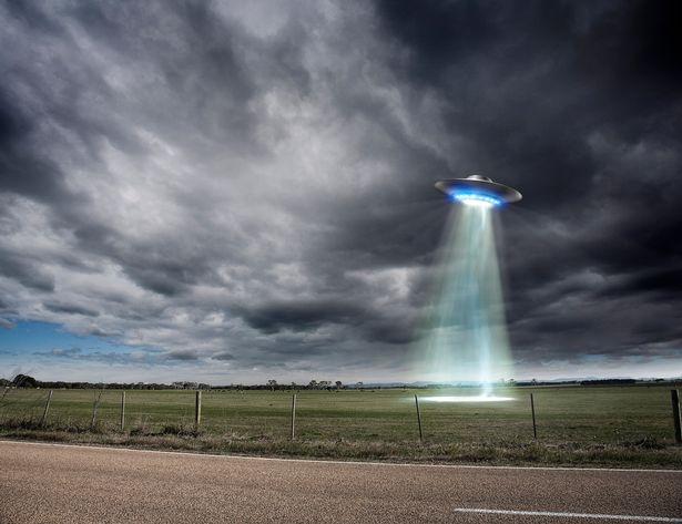 Мужчина утверждает, что инопланетяне угостили его блинами после того, как НЛО «приземлился у него на заднем дворе»
