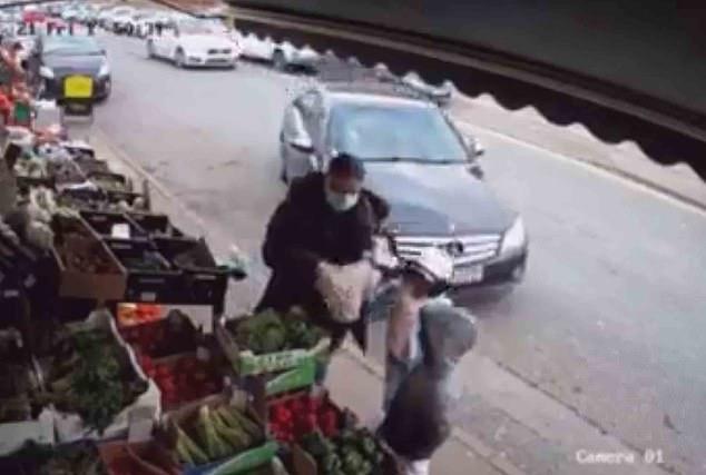 Мерседес сбивает девочку и едва не цепляет ее брата после того, как он съехал с дороги в киоск с фруктами и овощами