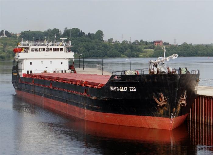 Драматический момент небольшое грузовое судно река-море плавания переломилось пополам. Погибло два члена экипажа