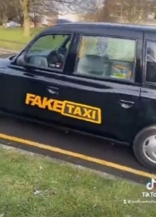 Мужчина натыкается на «Fake taxi, используемое в порнофильмах» во время прогулки с приятелем