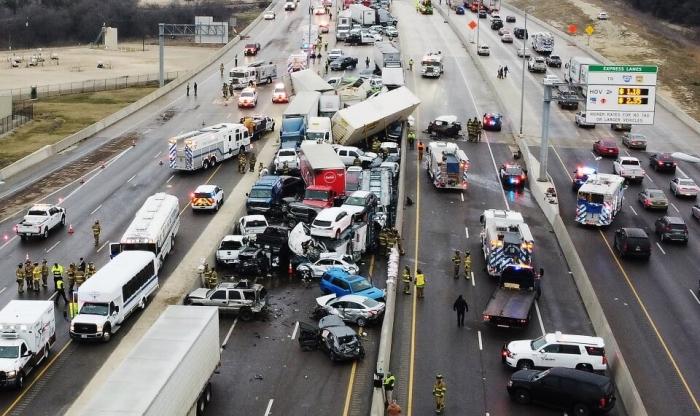 Авария в Форт Уэрте. Медсестра выползает из смертельной аварии, когда столкнулись 136 автомобилей в Техасе, а затем отправилась на РАБОТУ