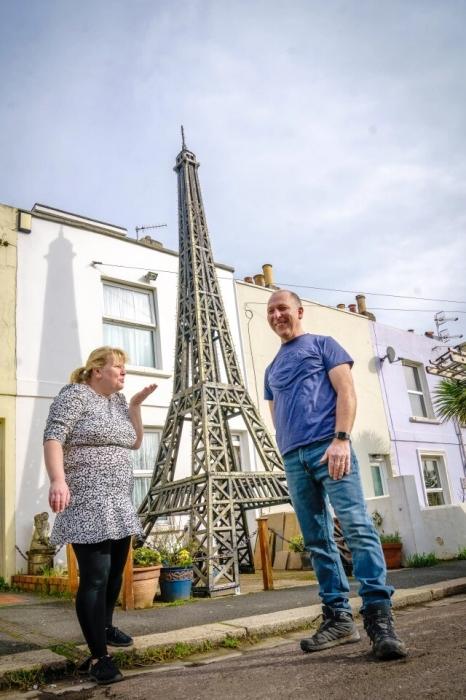 Романтику из Сассекса приказали снести 6,7-метровую модель Эйфелевой башни, которую он построил для жены