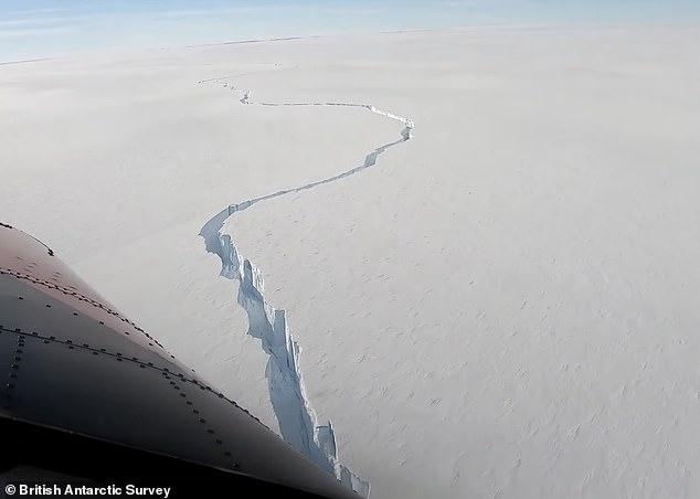 Огромная трещина открывается, когда большое ледяное поле имеющее размер целого региона отламывается от антарктического ледяного шельфа