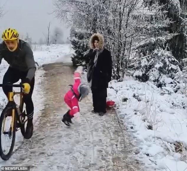 Велосипедисту, который оттолкнул коленом пятилетнюю девочку, когда она преградила ему путь, приказано выплатить 1 евро компенсации