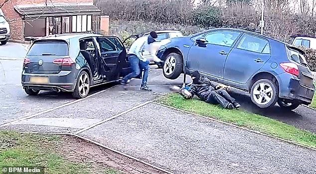 Наглые воры крадут каталитический нейтрализатор из машины, припаркованной на подъездной дорожке владельца, пока он обедает у себя дома