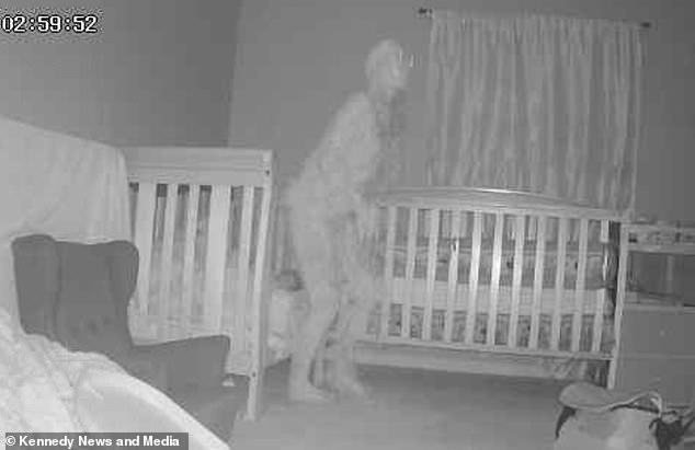 Перепуганная бабушка сделала фото «рогатого демона», стоящего над кроватью ее маленькой внучки