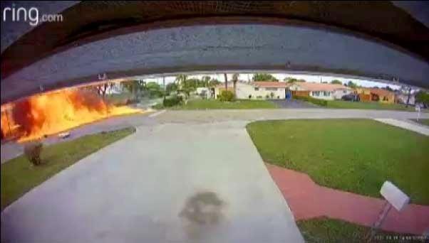 Шокирующий момент самолет врезается в автомобиль во Флориде убивая двоих, а мать и ребенок в критическом состоянии
