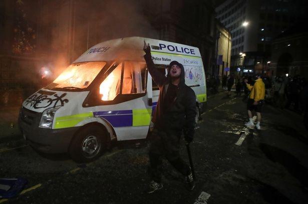 Беспорядки в Бристоле (Англия) закончились коллапсом легкого у одного полицейского, а 20 полицейских получили ранения