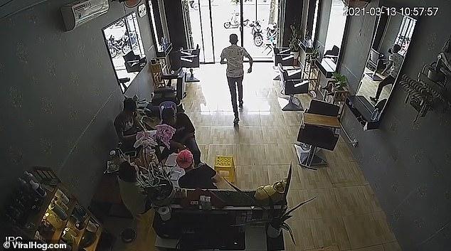 Не слабый момент! Работник парикмахерской врезается прямо в стеклянную дверь и падает без сознания на пол
