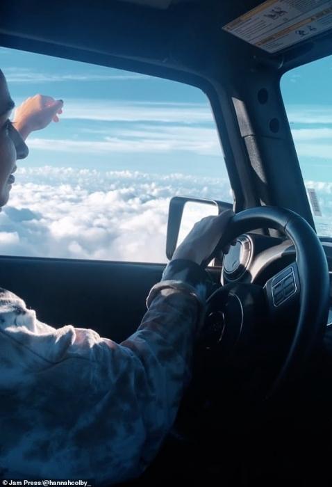 Оптическая иллюзия, показывает женщину, «летящую» на своей машине в облаках. Фильм стал вирусным на Тик-Ток