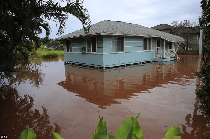 Гавайи объявили чрезвычайное положение из-за сильных дождей, вызвавших наводнения, оползни и опасность обрушения плотин