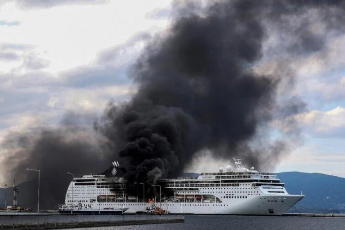 Драматический фильм показывает пожар охвативший круизный лайнер пришвартованный на острове Корфу