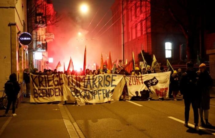 Зубы против слезоточивого газа: в Швейцарии участница незаконного митинга феминисток укусила полицейского
