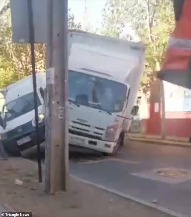 Разъяренный водитель грузовика неоднократно врезается в фургон и сносит телеграфный столб в удивительном буйстве на дороге