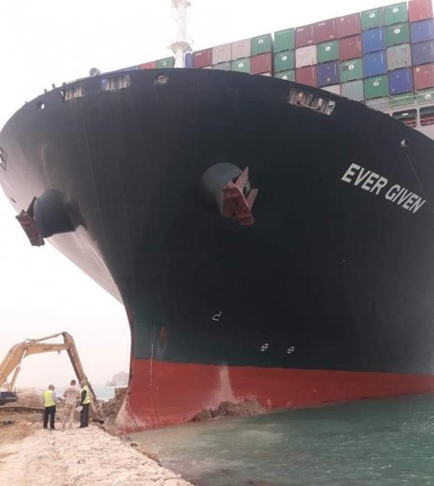 Огромный контейнеровоз перегородил Суэцкий канал, сев на мель. Все суда столкнутся с катастрофическими задержками