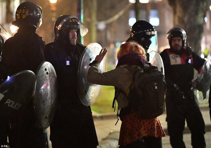 Спецназ арестовал 14 человек, когда произошла еще одна стычка с полицией в Бристоле. Полиция была на лошадях и с собаками