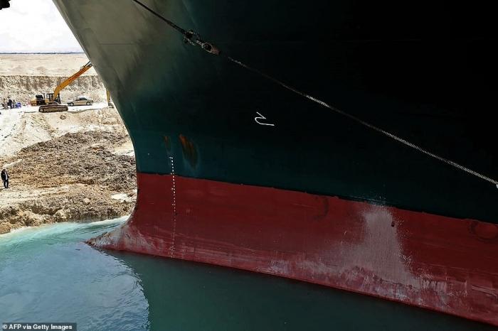 Огромное грузовое судно возможно перегородило Суэцкий канал «на много недель»