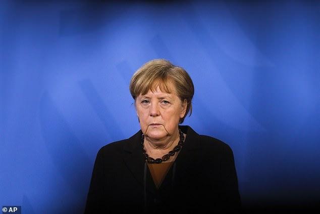Меркель и Макрон попросили путина дать им российскую вакцину Sputnik V