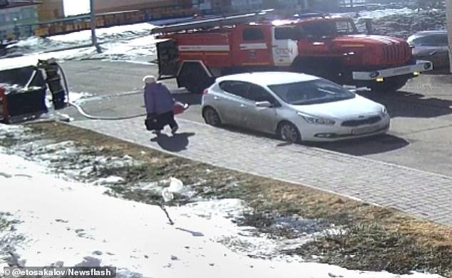 Пожилую жительницу Томской области сбивает с ног мощный пожарный шланг, когда с ним не смог справиться пожарный