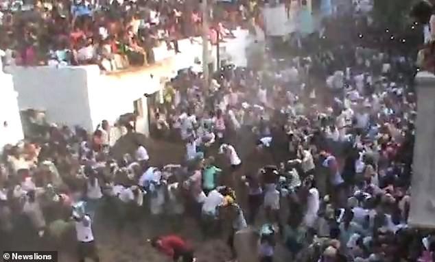 Два крупнейших города Индии закрылись, так как рекордное число случаев заболевания Ковид достигло 200 000 в день