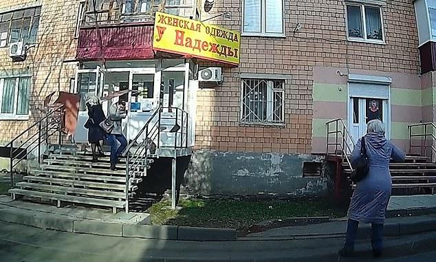 Женщинам в Ижевске повезло, когда балкон обрушился, прямо перед тем, как они входят в многоквартирный дом