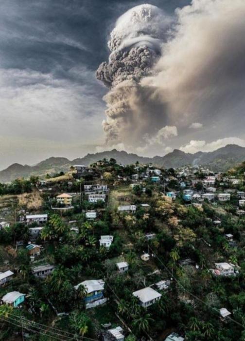 Британские корабли спасают от извержения вулкана только привитых людей