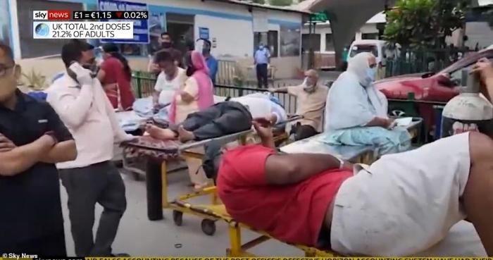Умирающие больные от Ковид в Индии лежат на носилках возле больниц в то время как другие медицинские центры перестают принимать пациентов