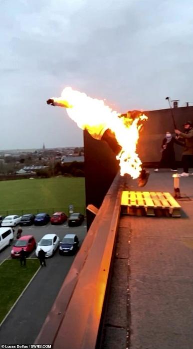 Охваченный пламенем каскадер прыгает с трехэтажного здания на подушку безопасности в захватывающем фильме