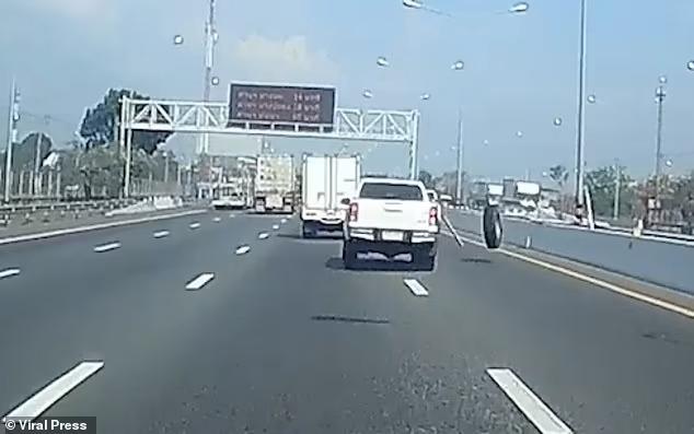 Ужасный момент оторвавшееся колесо от грузовика врезается в ветровое стекло автомобиля в Таиланде
