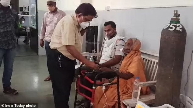 76-летняя жертва Ковида-19 в Индии проснулась на своих погребальных носилках за несколько минут до того, как ее должны были кремировать