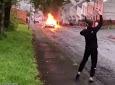 Бунтовщики поджигают автомобили, разбивают окна и нападают на полицию в Суонси. Ночь превратилась в ночь насилия